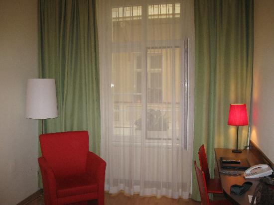 Hotel Wandl: Sitting area in hotel room