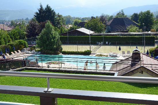 Residence hoteliere spa Les Chataigniers: Vue de la piscine depuis l'une des résidences