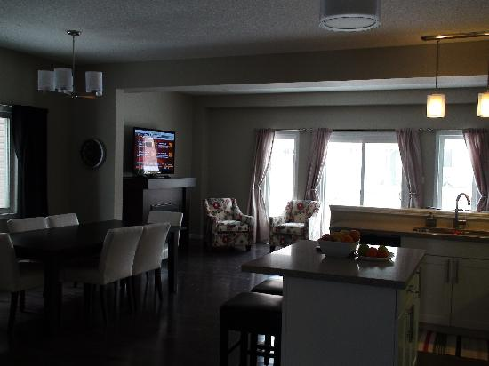 Boardwalk Homes Executive Guest Houses & SUITES!: The dining room/living room