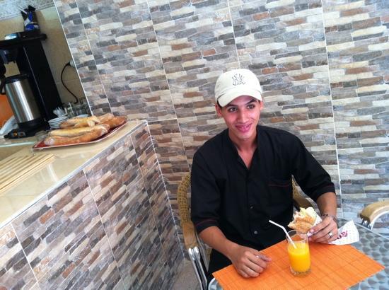 Chez Titine: un sandwich au camembert et crudités
