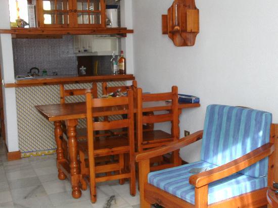 Parque Santiago: dining area and kitchen
