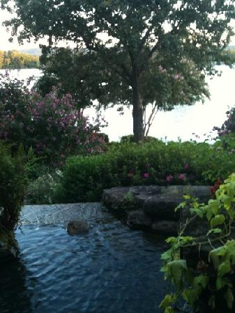 Lookout Point Lakeside Inn: lovely little water fall runs through the garden into Lake Hamilton