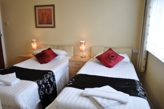 Godolphin Arms Hotel: a twin bedded room