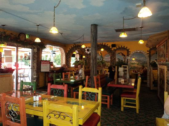 El Paraiso: Across the dining room, informal and pretty.