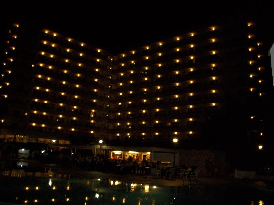 BQ Belvedere Hotel : Hotel at night. Taken from pool area