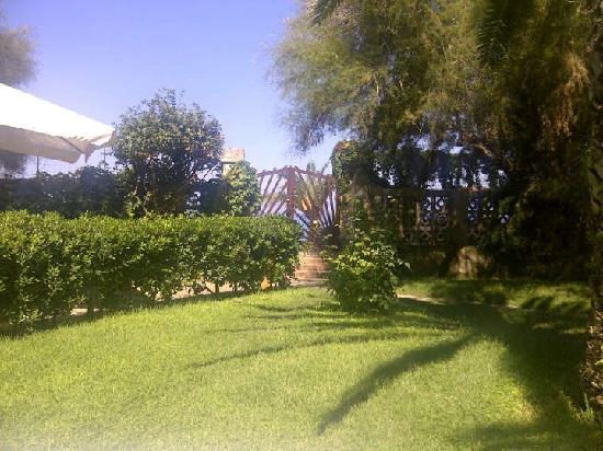 Villa Giada: white beach right out the gate