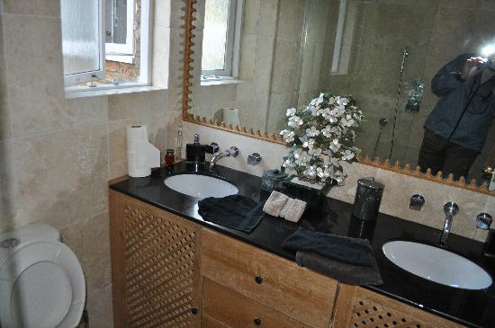 The Villes Bed & Breakfast: Common bathroom - Red/Orange