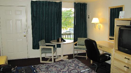 Royal Motel - Hermitage: Convenient table, nice desk chair.