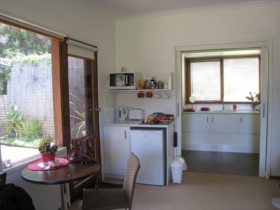 Torquay Toongahra BnB: Washroom and Kitchenette