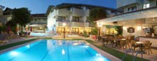 Hotel Bonjour: Eveing Pool areas