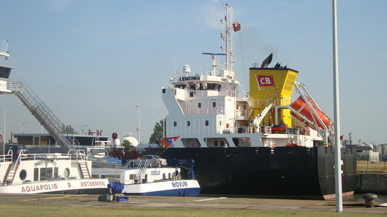 Antwerp Province, Belgique : Ships between locks