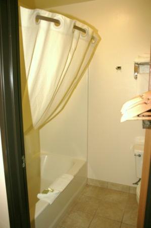 Super 8 Big Timber : Bathroom
