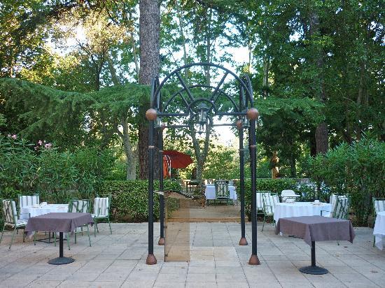 Lignan-sur-Orb, فرنسا: restaurant dans le parc