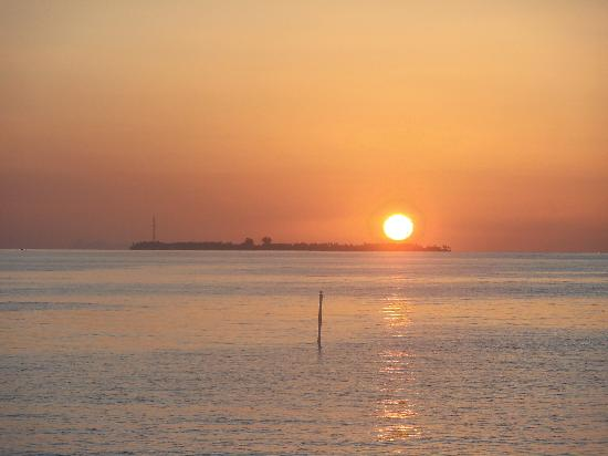 Centara Grand Island Resort & Spa Maldives: sunrise from no 96