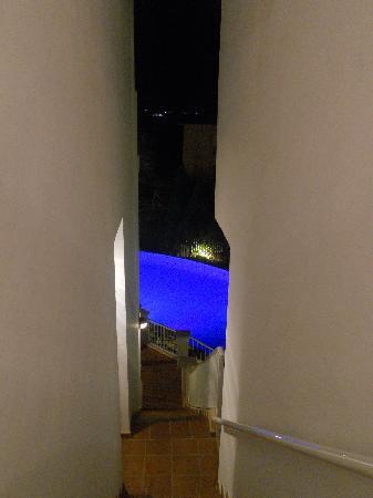 Castavi Apartments: vista della piscina di notte dalla porta dell'appartamento