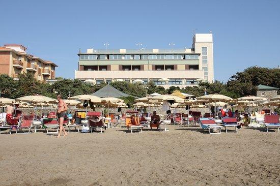 Marina di Castagneto Carducci, İtalya: L'hotel visto dalla spiaggia.
