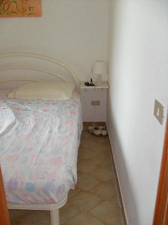 Fonteluna Residence: Lo spazio tra il letto e il muro era giusto quello di un paio di scarpe