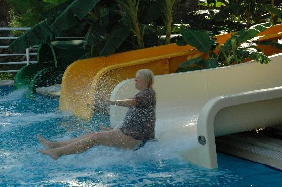 Paloma Pasha Resort: Even the wife enjoyed the slids!