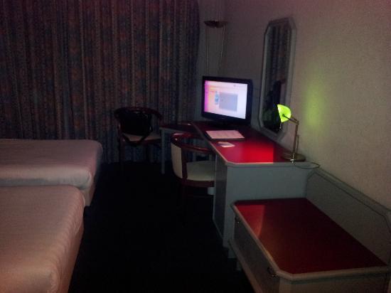 Apollo Hotel Breda City Centre : Desk with TV