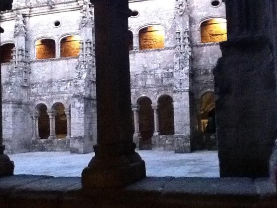 Parador De Santo Estevo: uno de los claustros al atardecer