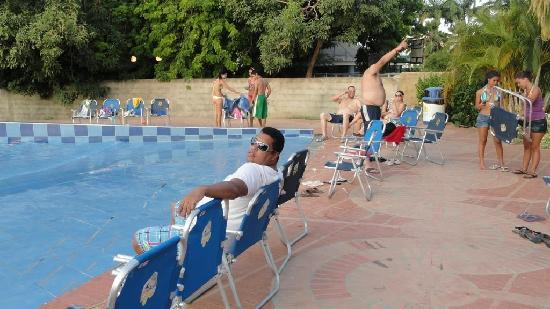 mi esposo bello en la piscina de olas