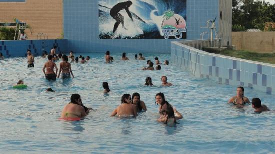 mi mama y mi hija en la piscina de olas