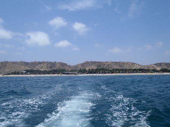 Punta Sal Suites & Bungalows Resort: Vista del hotel desde el mar (paseo en bote)