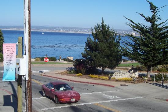 Cannery Row Inn: The view of the bay from the corner of the hotel