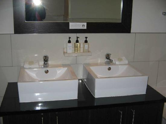 Manhattan Suites & Conferencing: Spacious bathroom with bath and shower