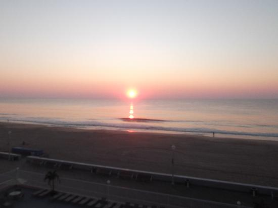 Quality Inn Boardwalk: Sunrise from great balcony
