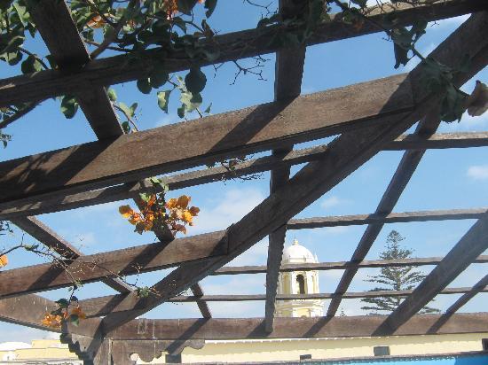 Hosteria San Roque : increíble vista del campanario de la iglesia desde la terraza frente a los cuartos en el segundo