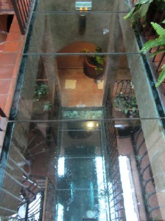Le DJOLOFF Boutique Hotel : glass floors