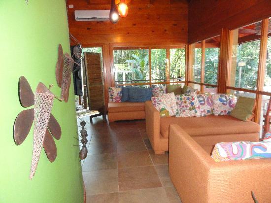La Cantera Jungle Lodge: Sala de estar con vista a la pileta