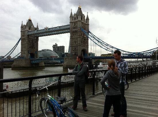 เบรคอะเวย์ ไบค์ทัวร์: Taking a break and enjoying the view of the Tower Bridge