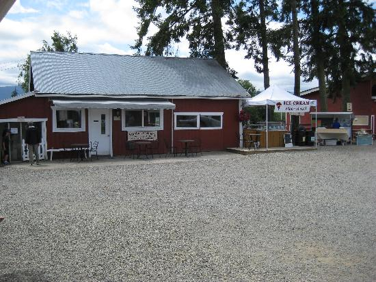 Little Qualicum Cheeseworks : The winery and eating area.