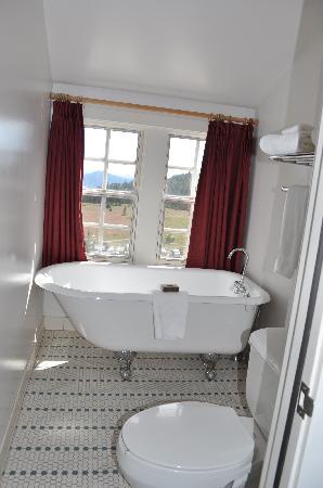 Crater Lake Lodge: Clawfoot tub; remodeled bathroom