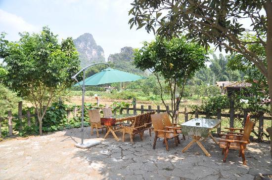 Yangshuo Phoenix Pagoda Fonglou Retreat: Front Yard