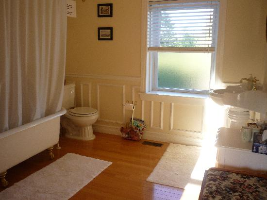 Place Victoria Place Bed & Breakfast: Guest 4pc bathroom