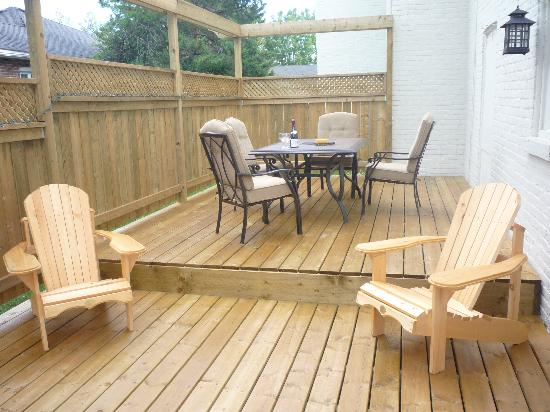 Place Victoria Place Bed & Breakfast: Relax on the deck