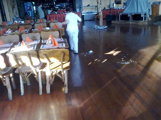 Rozmarin Hotel: Cleaning lady sweeping floor during our breakfast!!!