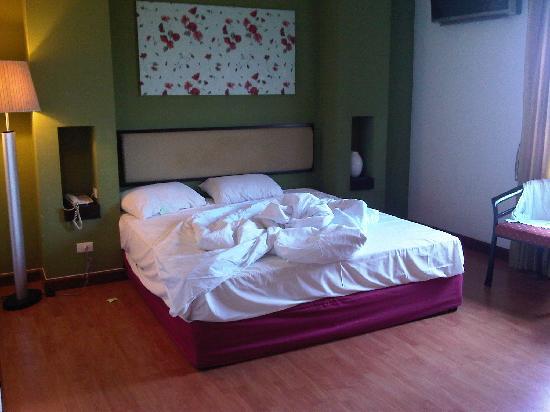 Atrium Boutique Resort Hotel: The bed...