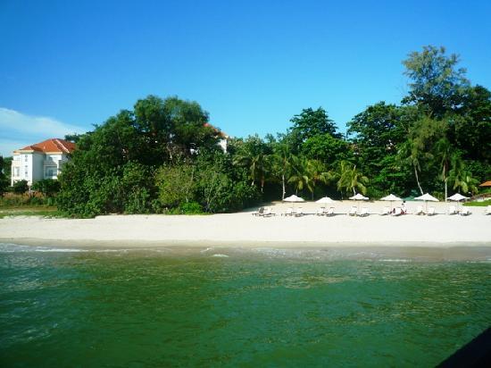 โรงแรมเอวิลเลียน: Our chalet overlooking the beach