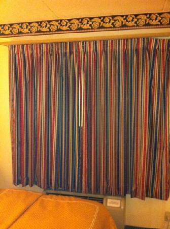 Comfort Suites: drapes