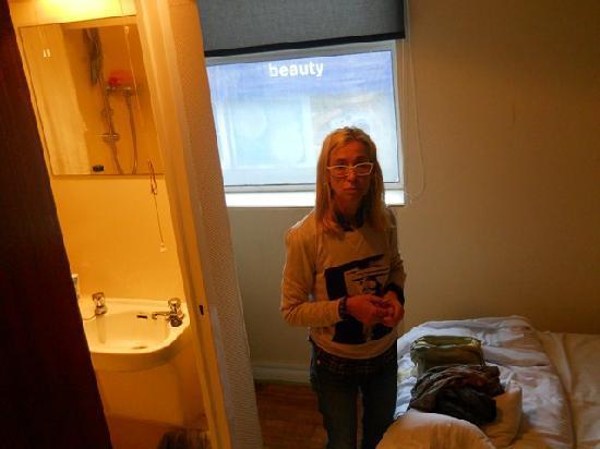 New Dawn Hotel: camera e bagno  visti dalla porta