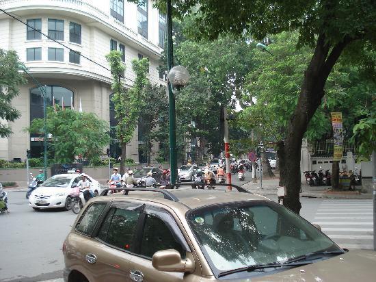 Sai Gon Ha Noi Hotel: ホテル前