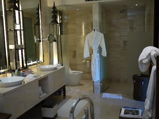 เดอะ เซนต์รีจีส บาหลี รีสอร์ท: Separate toilet and shower