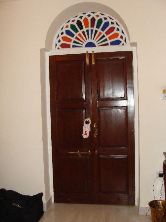 Khandela Haveli: Beautiful colored glass throughout the hotel