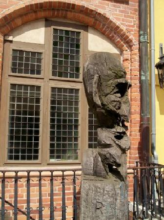 Dielenhaus: Eingang und Skulptur davor