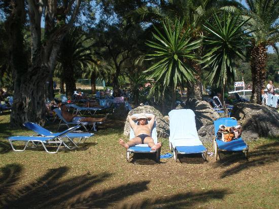 Grecotel Daphnila Bay Dassia: Spiaggia con la piattaforma per gli sport acquatici