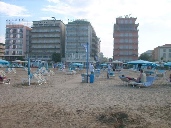 Hotel Negresco: Hotel vom Strand gesehen